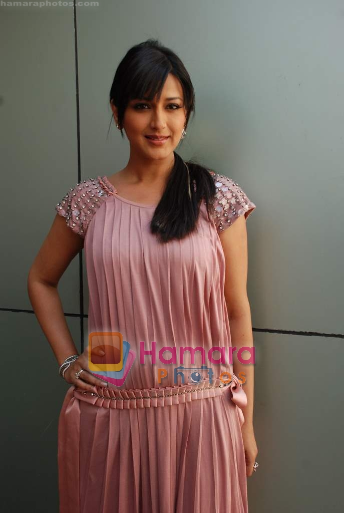 Sonali Bendre on the sets of Indian Idol 4 in R K Studios ...