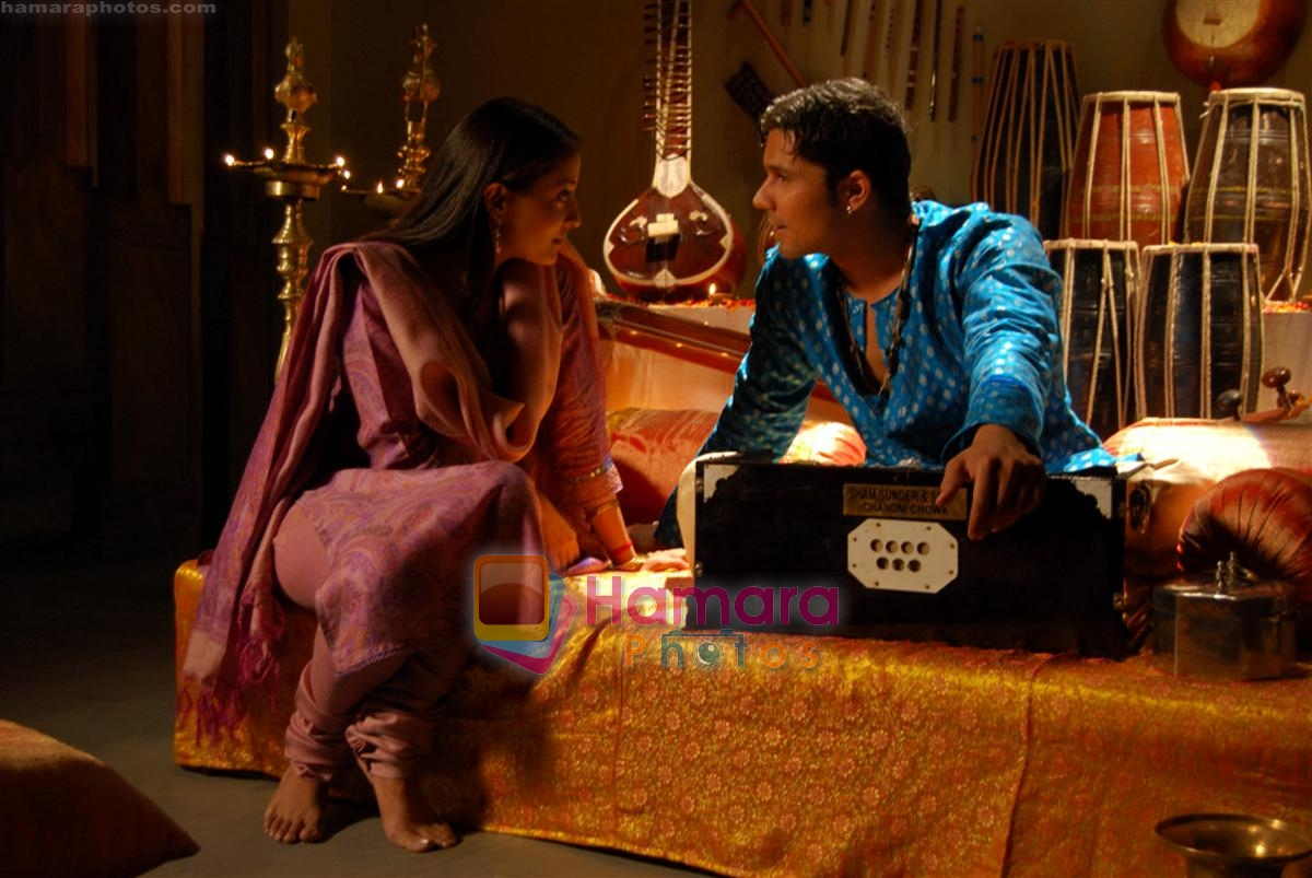 Raima Sen, Randeep Hooda in the still from movie Mere Khwabon Mein Jo Aaye