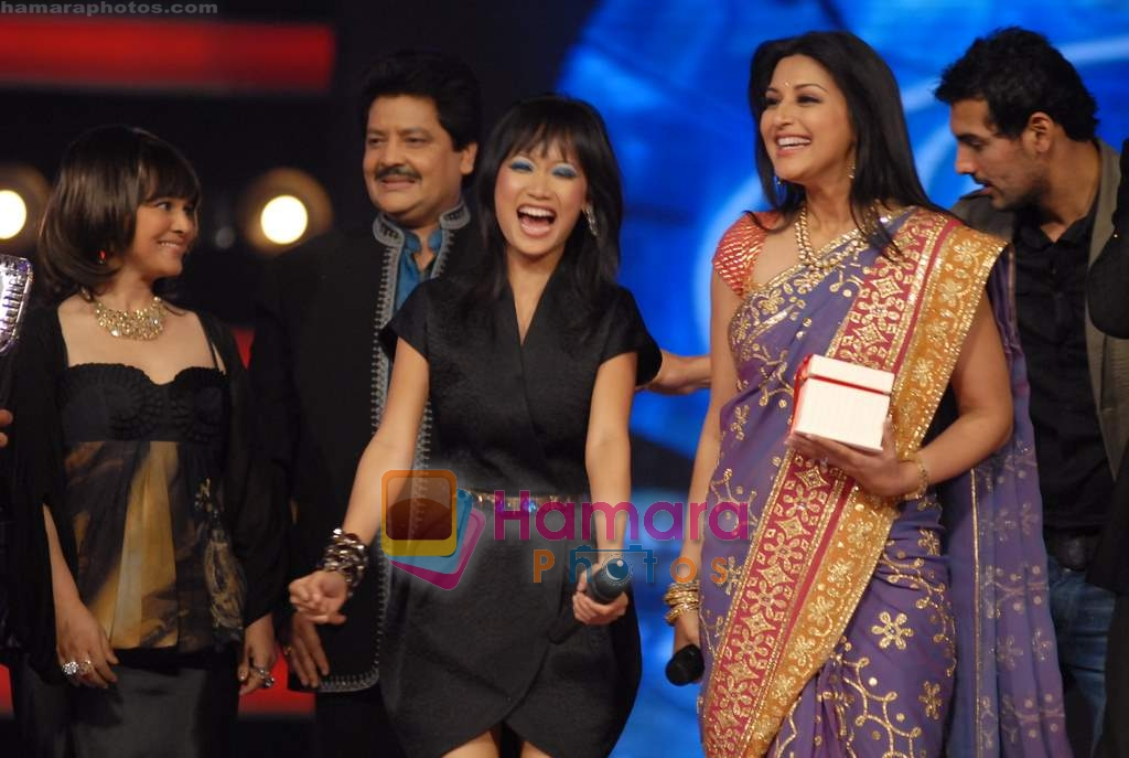 Sonali Bendre, Sourabhee Debbarma at the Grand finale of Indian Idol Season 4 in Mumbai on 2nd March 2009