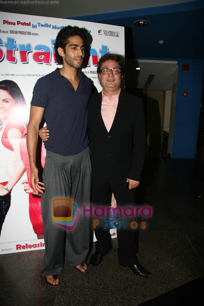 Vinay Pathak, Siddharth Makkar at the Premiere of Straight in Fame on 19th March 2009