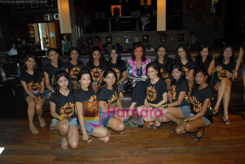 Maureen Wadia, Contestants at Gladrags press meet in Hard Rock Cafe on 24th March 2009