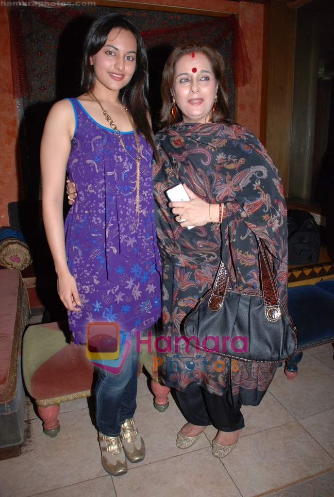 Poonam Sinha, Sonakshi Sinha at Pallavi Jaipur's showcase in Rio Lounge on 24th March 2009