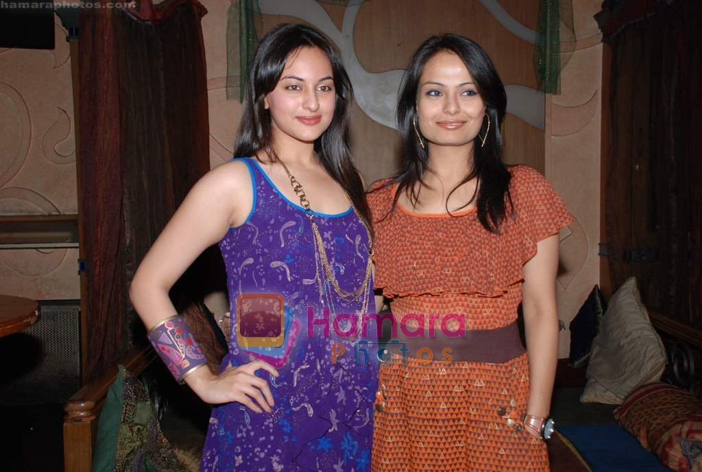 Sonakshi Sinha at Pallavi Jaipur's showcase in Rio Lounge on 24th March 2009