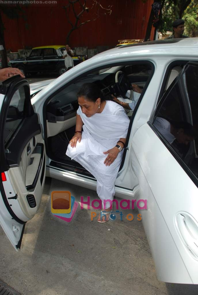 Jaya Bachchan goes to vote on 30th April 2009