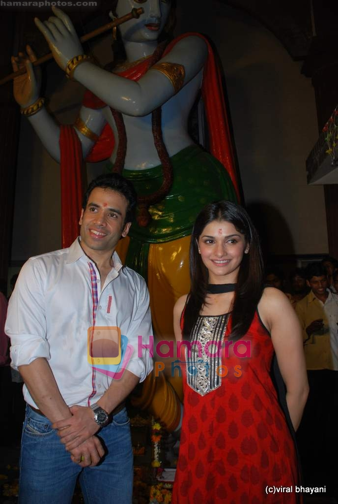 Tusshar Kapoor, Prachi Desai seek blessings of Shri Krishna to promote Life Partner in Andheri on 13th Aug 2009