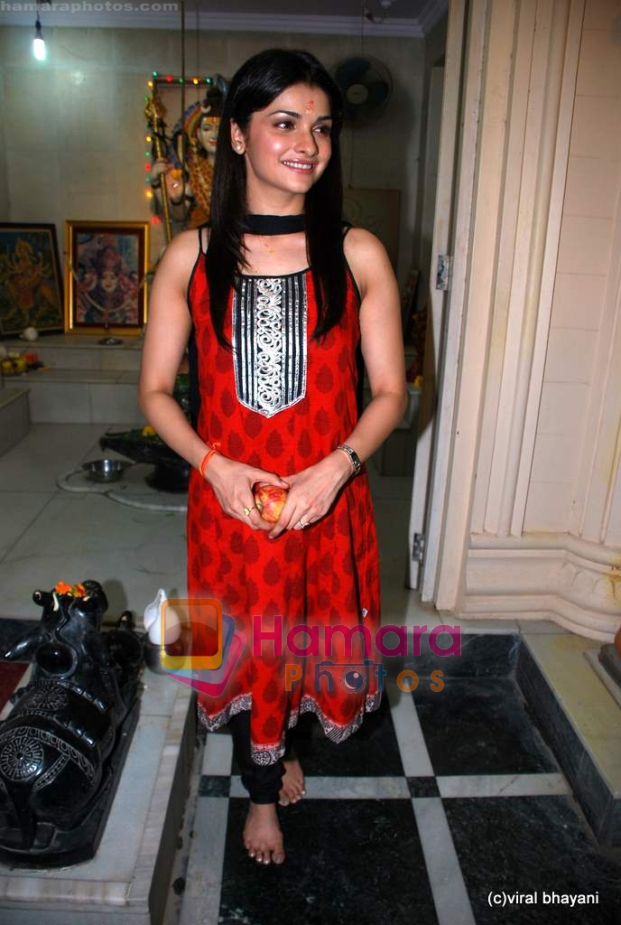 Prachi Desai seek blessings of Shri Krishna to promote Life Partner in Andheri on 13th Aug 2009