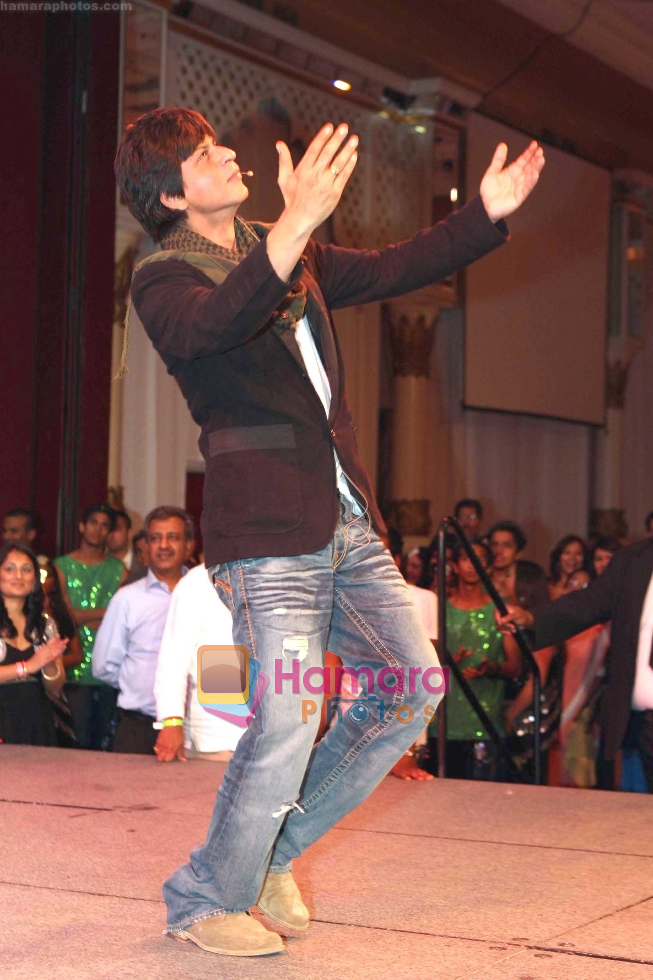 Shahrukh Khan thanking his fans in Atlantic City, New Jersey. Courtesy- INDIA ANI