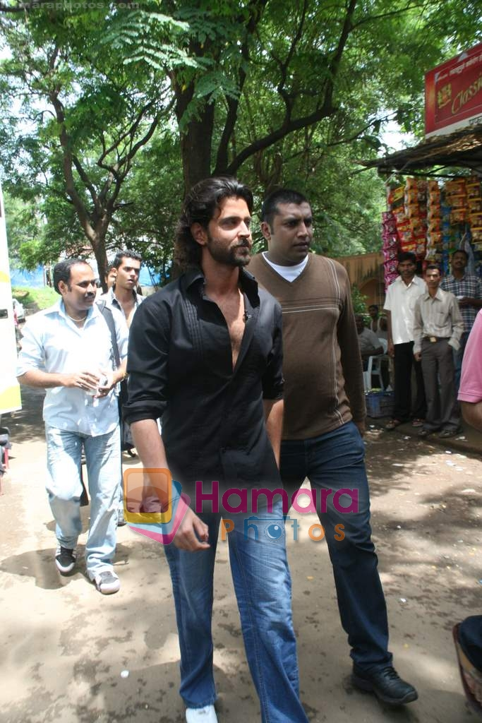 Hrithik Roshan on the sets of Farah Khan's chat show Tere Mere Beach Mein in Filmcity on 16th Aug 2009