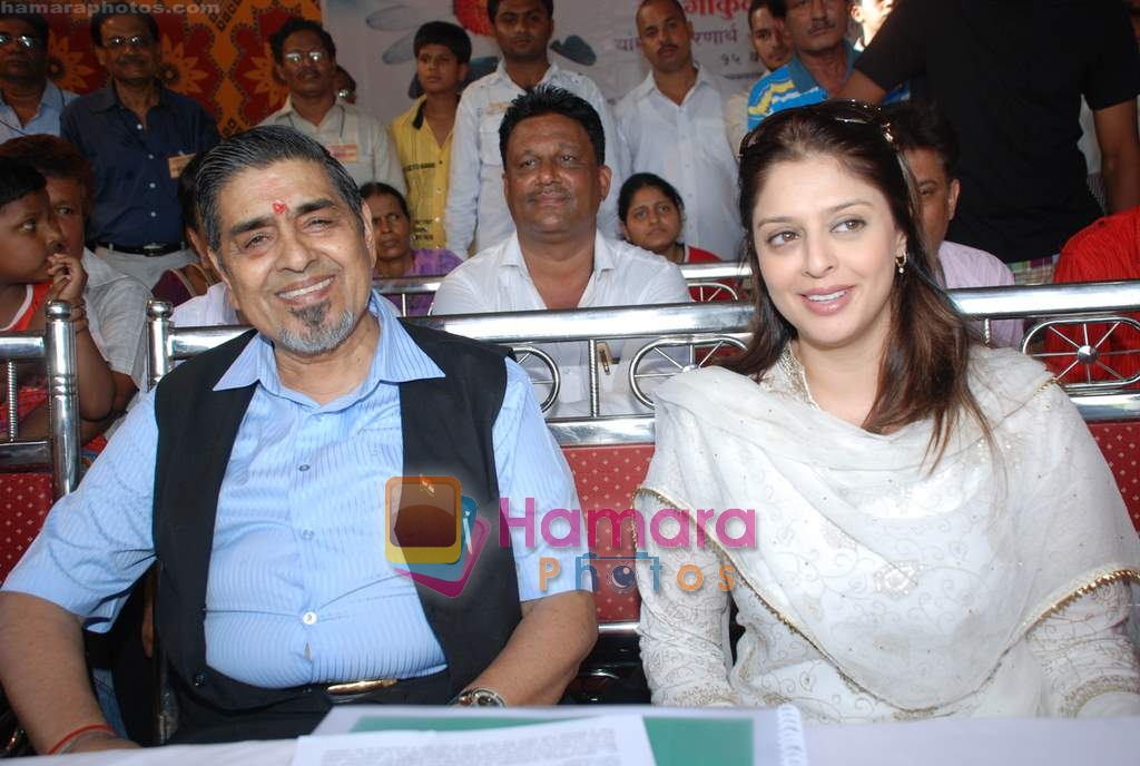 Nagma, Jagdish Tytler at cricket match organised by Bablu Aziz in Santacruz on 16th Aug 2009