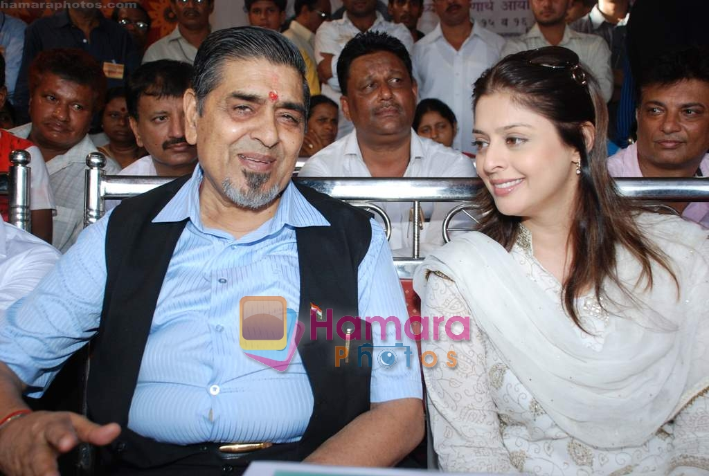 Nagma, Jagdish Tytler at cricket match organised by Bablu Aziz in Santacruz on 16th Aug 2009 ~0