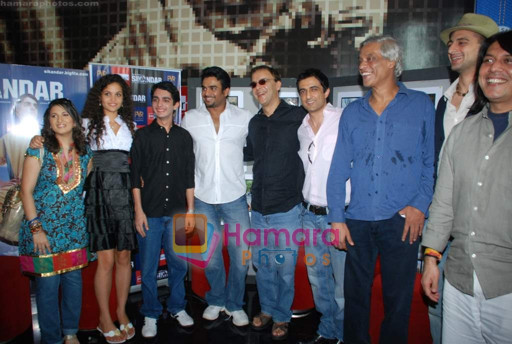 Ayesha Kapur, Parzun Dastur, R Madhavan, Vidhu Vinod Chopra, Sanjay Suri, Sudhir Mishra, Arunoday Singh, Piyush Jha at Sikandar promotional event in PVR on 17th Aug 2009