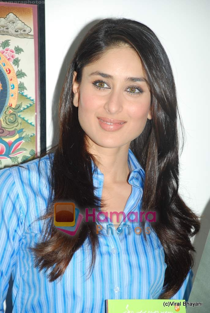 Kareena Kapoor at the launch of the Marathi version of Rutuja Diwekar's hot selling book Don_t Lose Your Mind, Lose Your Weight in Khar on 13th Nov 2009