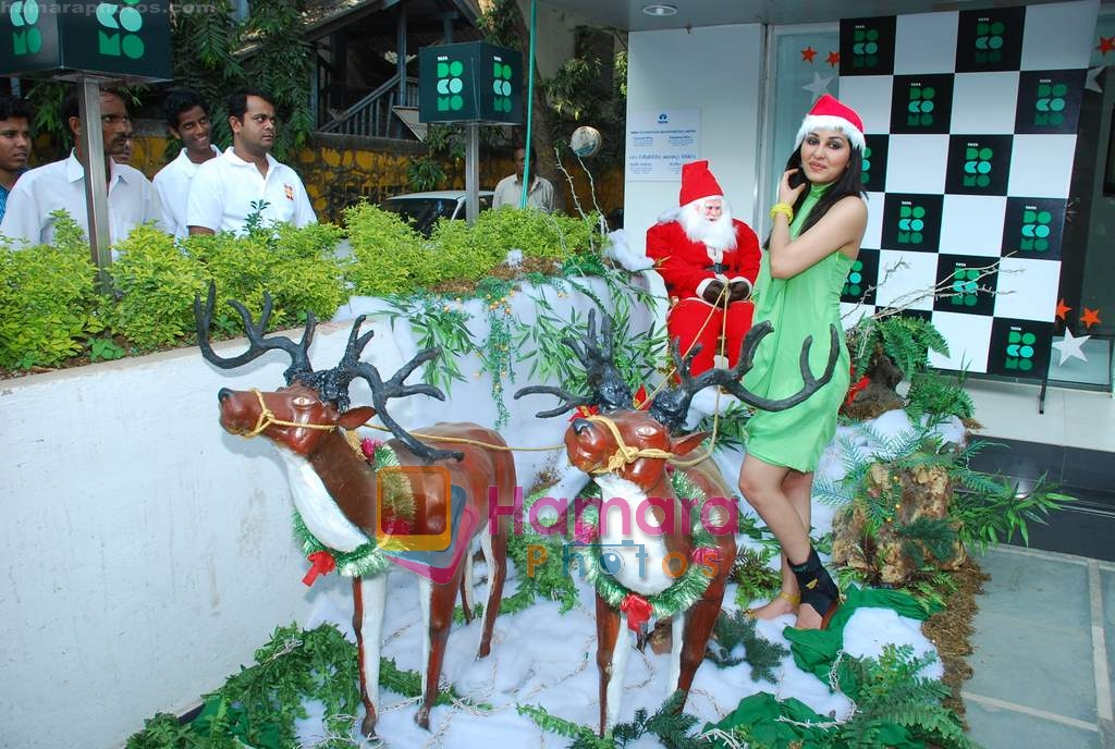 Pooja Chopra spends Christmas with children at Tata Docomo store in Bandra on 24th Dec 2009