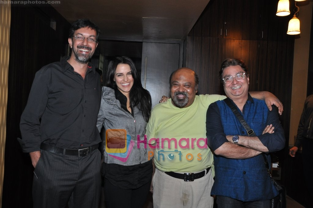 Neha Dhupia, Rajat Kapoor, Saurabh Shukla, Vinay Pathak at Raat Gayi Baat Gayi cast chills at Bonobo bar in Bandra, Mumbai on 30th Dec 2009