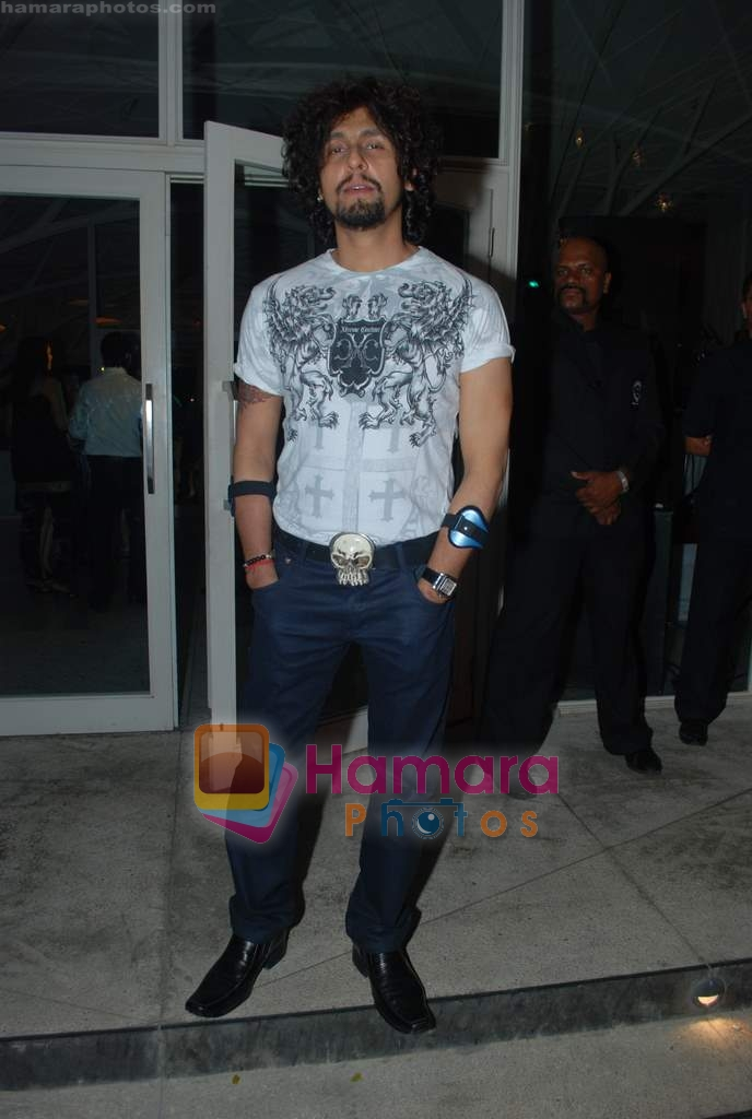 Sonu Nigam at Rishi Darda's annual bash in Tote, Worli on 29th Dec 2009