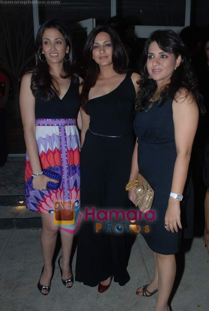 Gayatri Joshi, Sonali Bendre, Shaina NC at Rishi Darda's annual bash in Tote, Worli on 29th Dec 2009