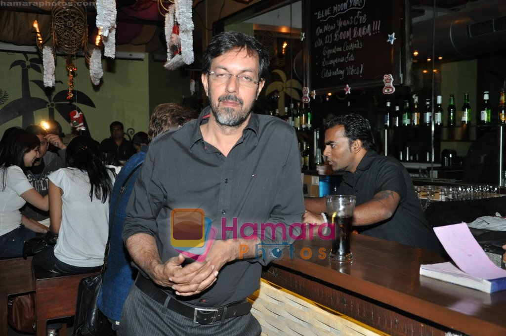Rajat Kapoor at Raat Gayi Baat Gayi cast chills at Bonobo bar in Bandra, Mumbai on 30th Dec 2009