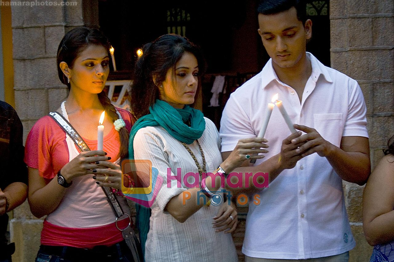 Anjana Sukhani, Vidya Malvade, Rehan Khan in the still from movie Tum Milo Toh Sahi