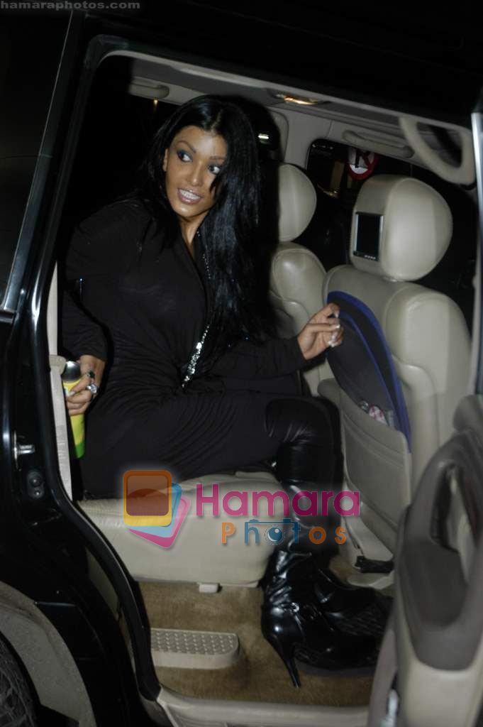 Koena Mitra back from LA in Mumbai Airport on 14th Sept 2010