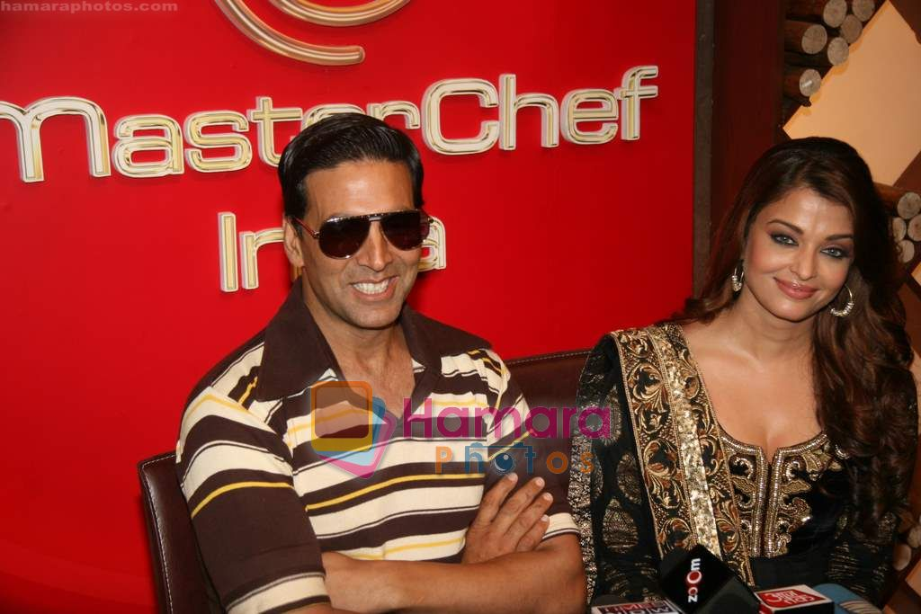 Akshay Kumar, Aishwarya Rai Bachchan on the sets of Master Chef in Film City on 16th Sept 2010