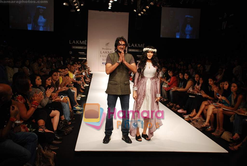 Nandana Sen walks the ramp for Digvijay Singh Show at Lakme Winter fashion week day 1 on 17th Sept 2010