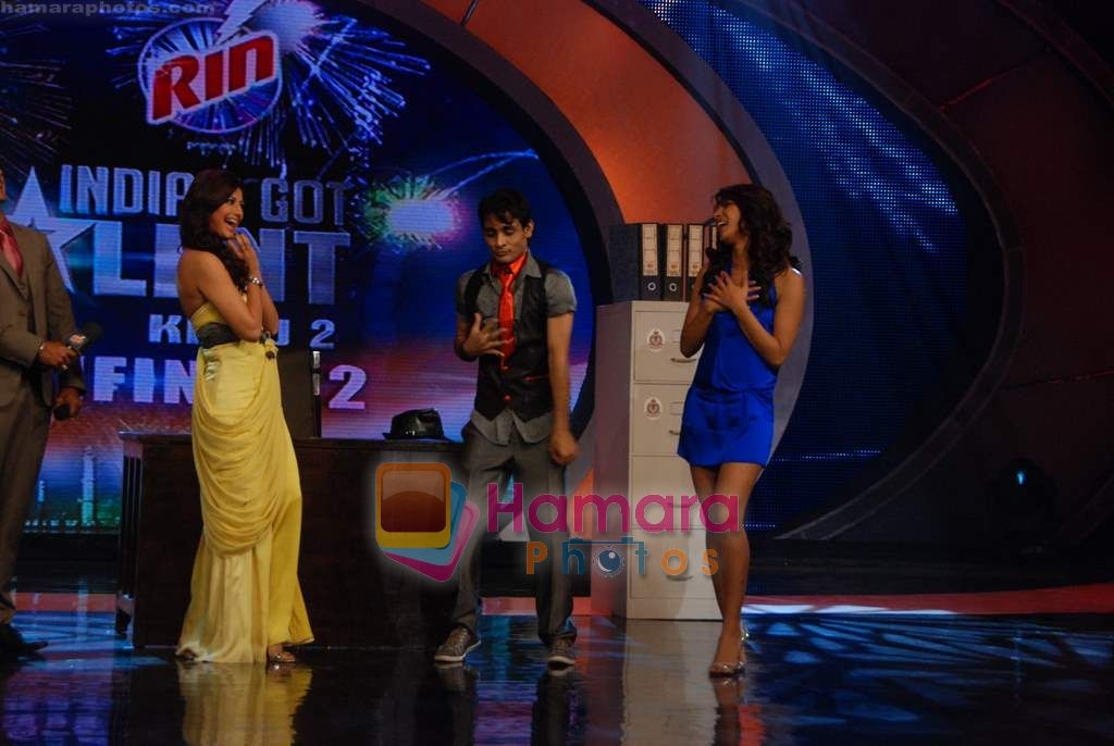 Priyanka Chopra, Ranbir Kapoor, Sonali Bendre on the sets of India's Got Talent  in Film City on 18th Sept 2010