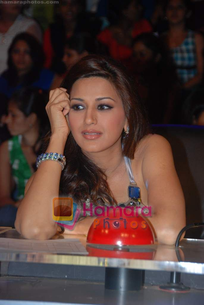 Sonali Bendre on the sets of India's Got Talent  in Film City on 18th Sept 2010