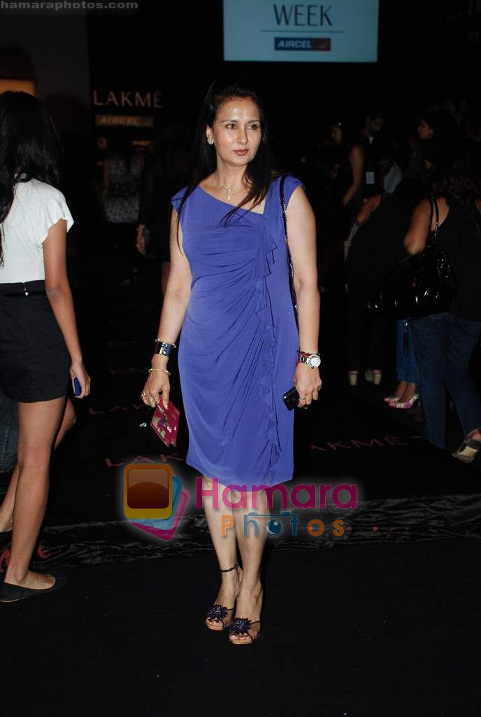 Poonam Dhillon at Lakme Winter fashion week 2010 day 2 on 18th Sept 2010