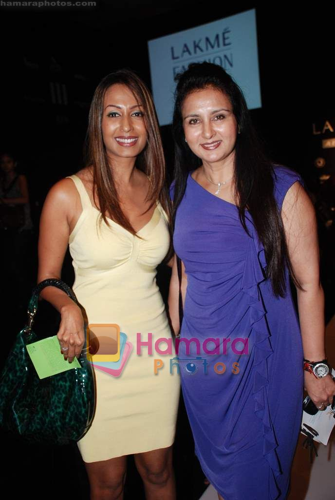 Poonam Dhillon, Kashmira Shah at Lakme Winter fashion week 2010 day 2 on 18th Sept 2010