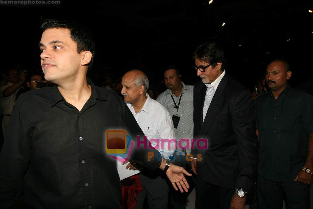 Amitabh Bachchan at Lakme Winter fashion week 2010 day 3 on 19th Sept 2010