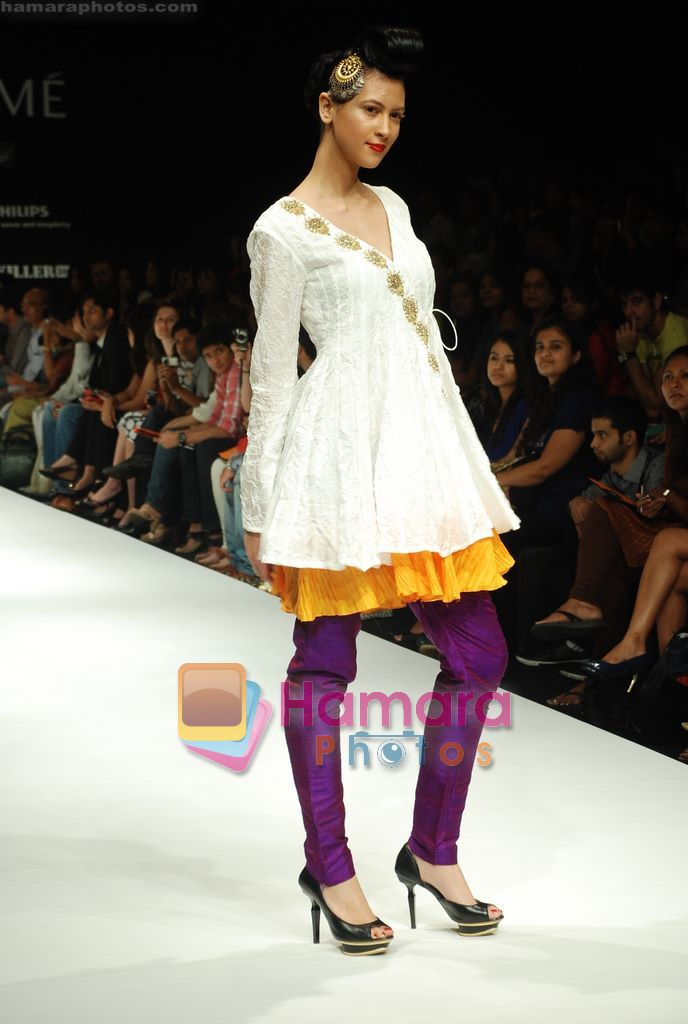 Model walks the ramp for Masab Show at Lakme Winter fashion week day 3 on 19th Sept 2010