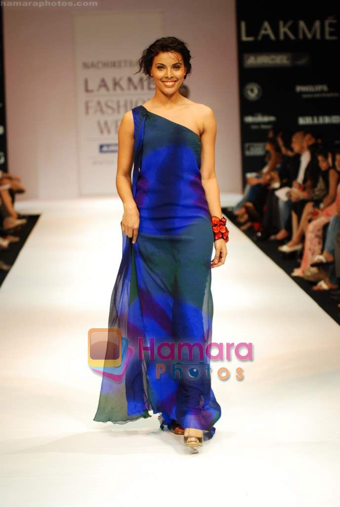 Model walks the ramp for Nachiket Barve Show at Lakme Winter fashion week day 3 on 19th Sept 2010