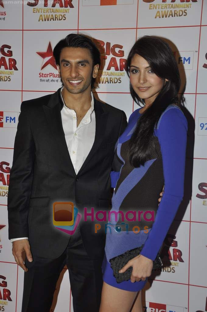 Anushka Sharma, Ranveer Singh at Big Star Awards in Bhavans Ground on 21st Dec 2010