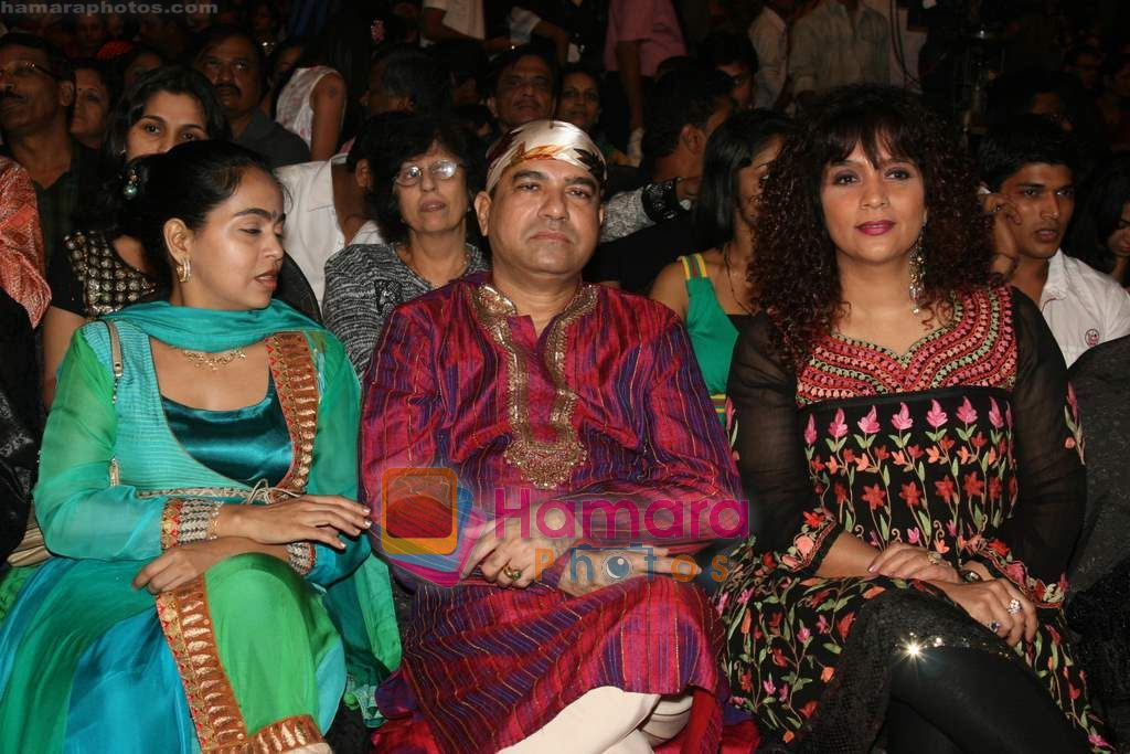 Peenaz Masani, Suresh Wadkar at SA RE GA MA PA finals in Andheri Sports Complex on 26th Dec 2010