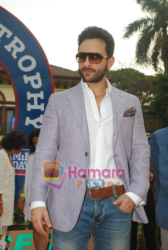 Saif Ali Khan at Mid-day race in Mahalaxmi Race Course on 26th Dec 2010