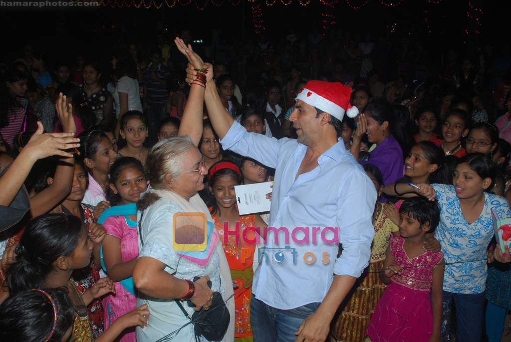 Akshay Kumar spend christmas with children of St Catherines in Andheri on 25th Dec 2010