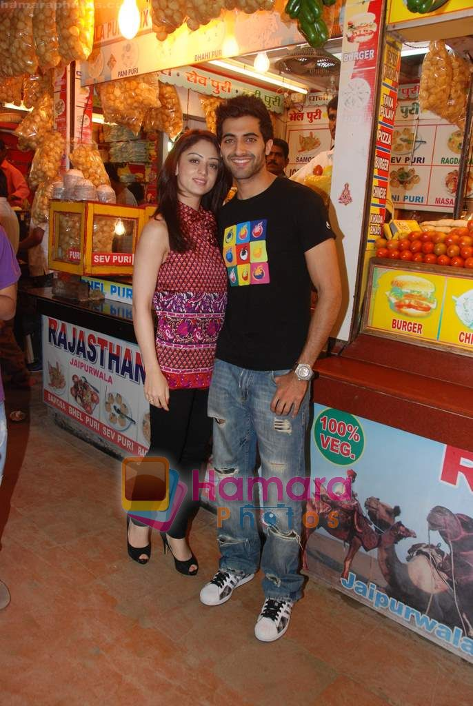 Sandeepa Dhar, Akshay Oberoi Isi Life Mein stars on the streets of Juhu beach in Juhu, Mumbai on 28th Dec 2010