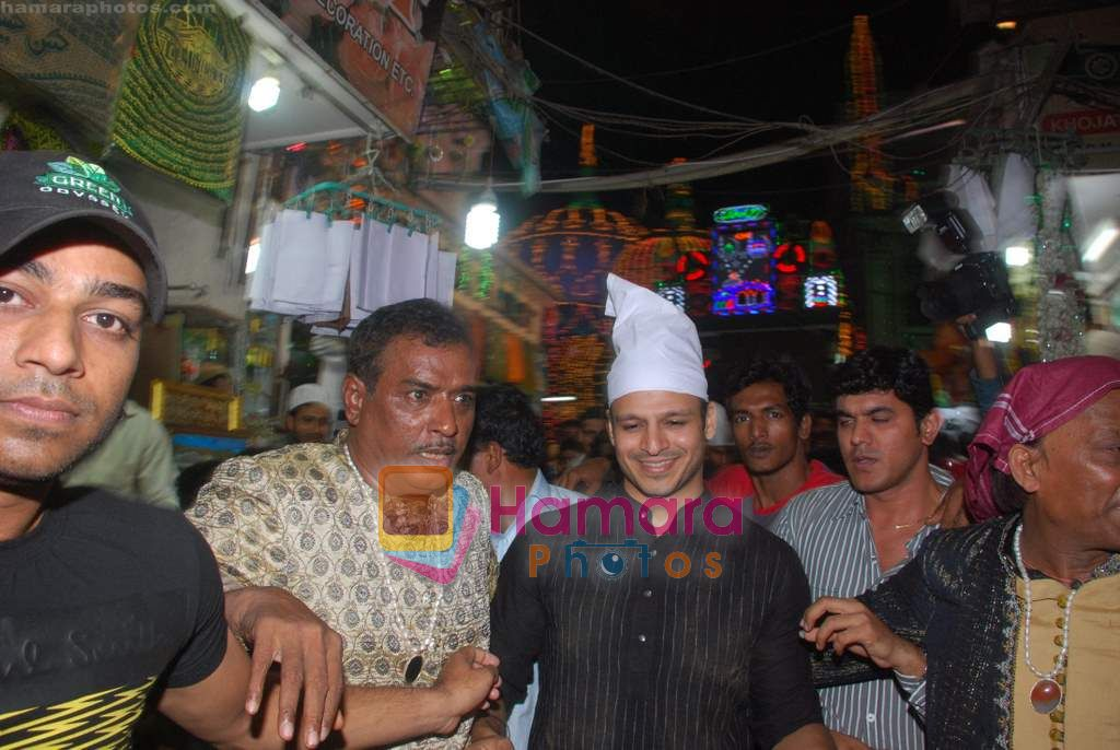 Vivek Oberoi visits Mahim Darga in Mahim on 28th Dec 2010