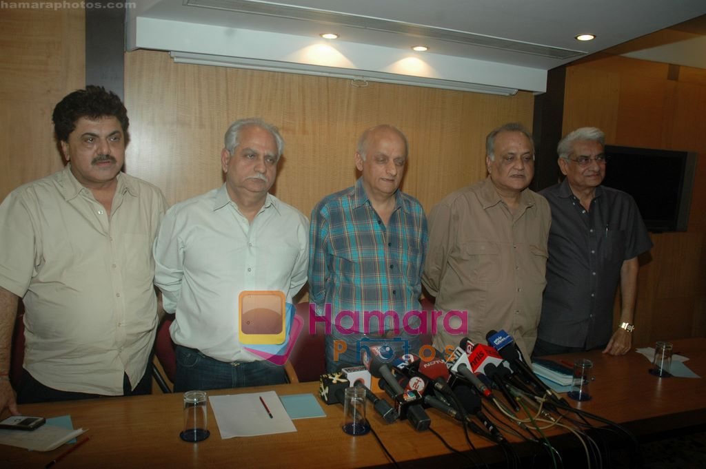 Mukesh Bhatt, Ramesh Sippy at Producers Guild meet in Sun N Sand, Mumbai on 28th Dec 2010