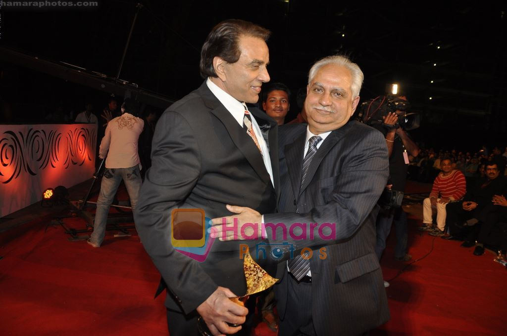 Dharmendra, Ramesh Sippy at 6th Apsara Film and Television Producers Guild Awards in BKC, Mumbai on 11th Jan 2011 ~0