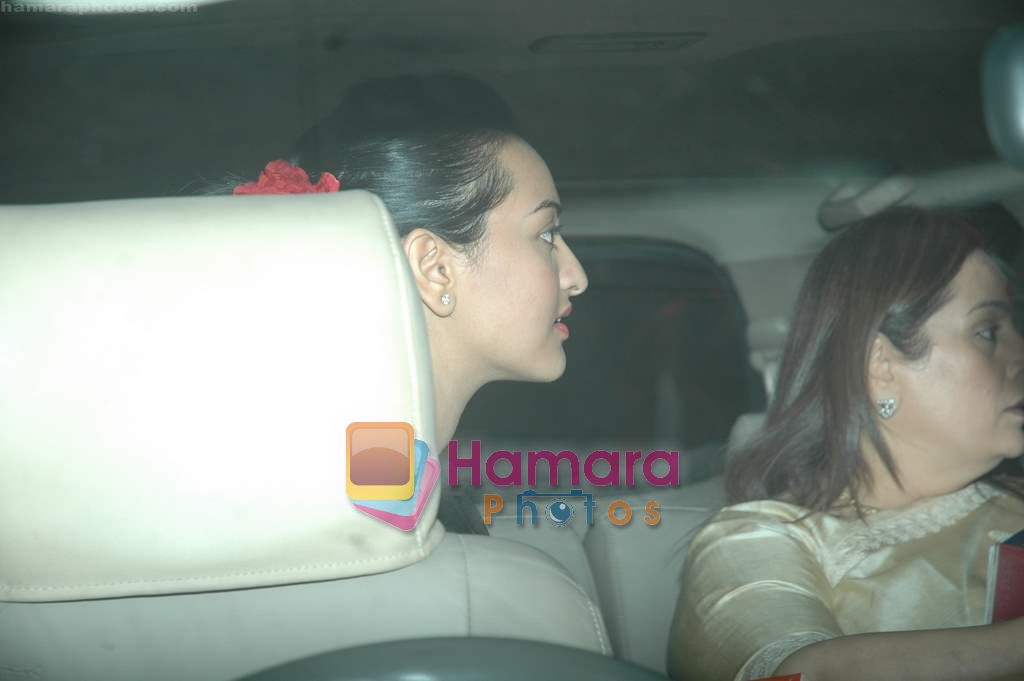 Sonakshi Sinha, Poonam Sinha leave for Zee Awards in Singapore in Mumbai Airport on 12th Jan 2011