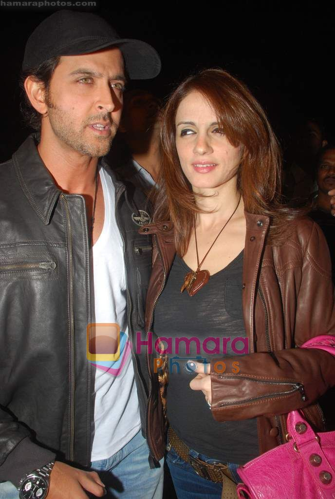 Hrithik Roshan, Suzanne Roshan leave for Zee Awards in Singapore in Mumbai Airport on 12th Jan 2011
