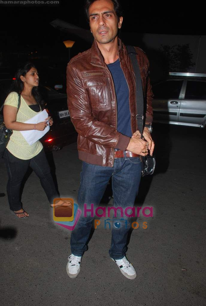 Arjun Rampal leave for Zee Awards in Singapore in Mumbai Airport on 12th Jan 2011