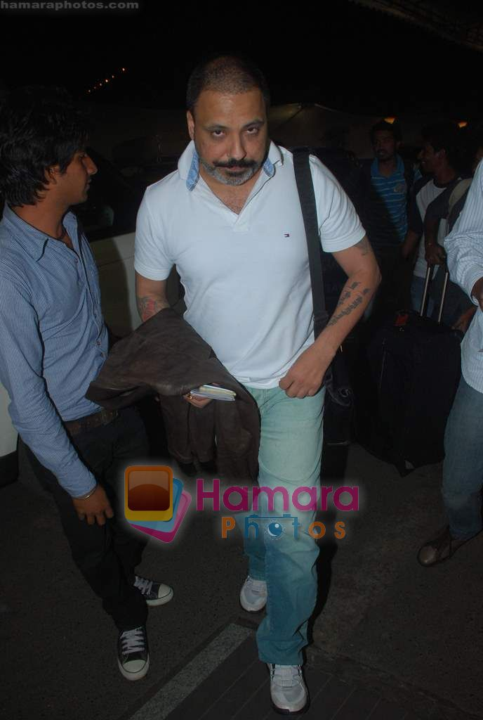 Bunty Walia leave for Zee Awards in Singapore in Mumbai Airport on 12th Jan 2011