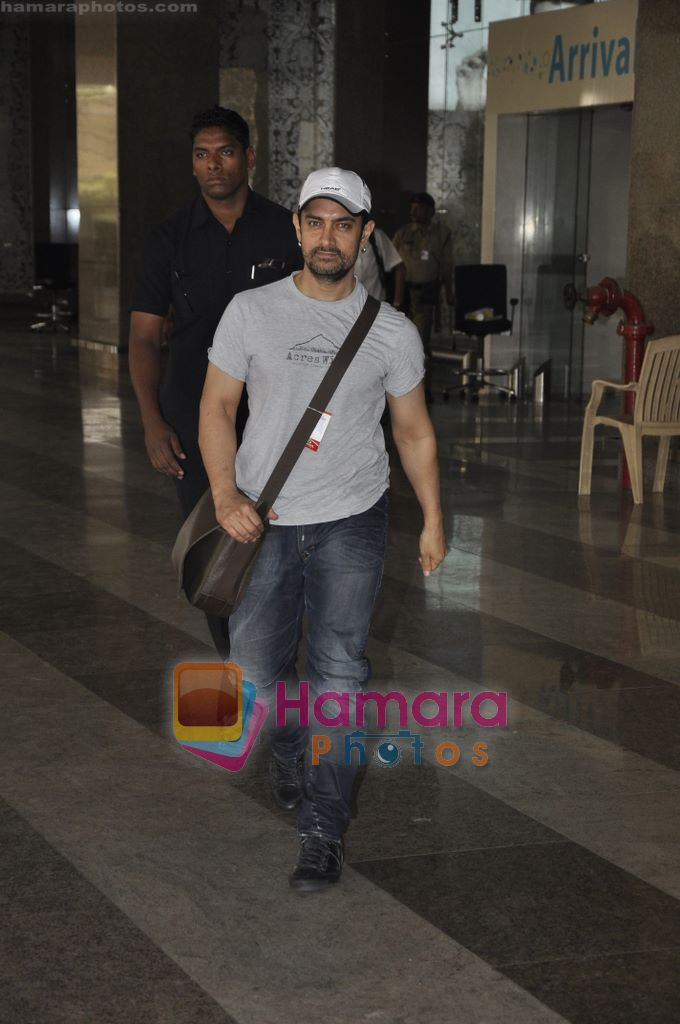 Aamir Khan returns from Dhobigh at Delhi Promotions in Airport, Mumbai on 14th Jan 2011