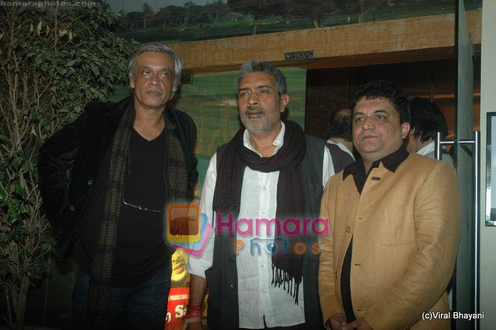 Sudhir Mishra, Prakash Jha at Yeh Saali Zindagi music launch in Marimba Lounge on 13th Jan 2011