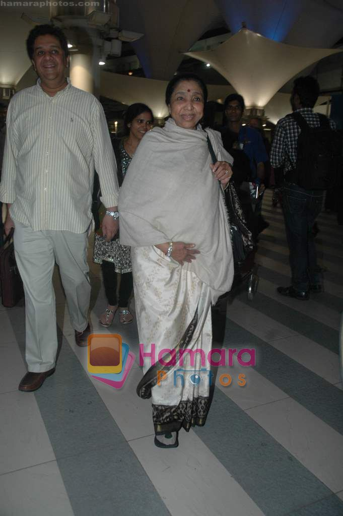 Asha Bhonsle arrive from Singapore in Airport on 11th Jan 2011