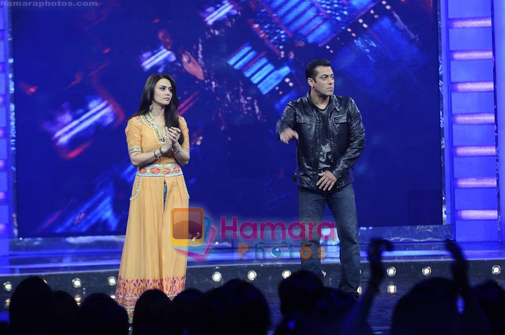 Preity Zinta, Salman Khan on the sets of Guinness World Records in R K Studios on 26th March 2011