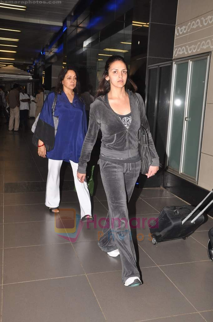 Hema Malini, Esha Deol return from Toronto in Mumbai Airport on 27th June 2011