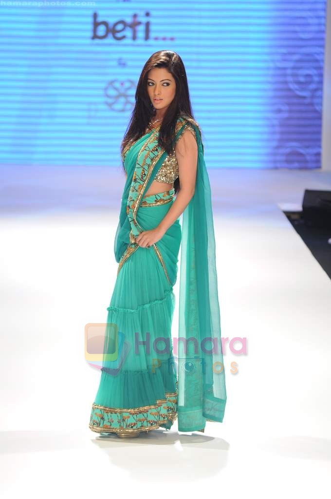 Riya Sen walks the ramp for Beti Gitanjali Show at IIJW 2011 in Grand Hyatt on 31st July 2011